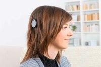 Junge Frau mit Hörimplantat